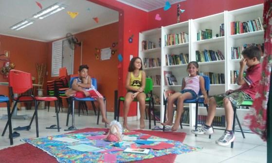 As crianças e adolescentes que frequentam a Biblioteca Comunitária Chocolatão decoraram o espaço: pura criatividade e sensibilização!