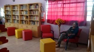 Novas poltronas e novos pufs alegraram o espaço adulto da biblioteca.