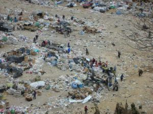 The children of Guatemala get food from the city dumps
