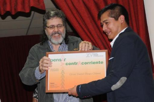 El ministro de Cultura de Cuba, Abel Prieto, entrega al mexicano César Daniel Diego Chimal (México), el Premio Internacional de Ensayo Pensar a Contracorriente