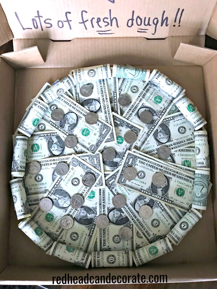 This Money Pizza Pie Gift idea is so cute & clever for graduations or birthdays!