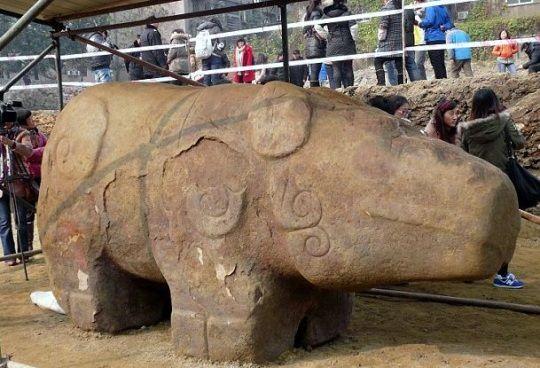 Esta estatua gigante representando un animal ha sido encontrado en China y tiene más de 2.000 años de antigüedad.