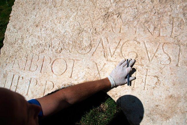 Shmulik Freireich, de la Autoridad de Antigüedades de Israel, trabaja en la inscripción de 2.000 años encontrada en Jerusalén. Foto: Menahem Kahana