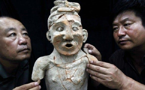 Los arqueólogos reparar un retrato de terracota descubierto en Mongolia Interior. Crédito: Xinhua