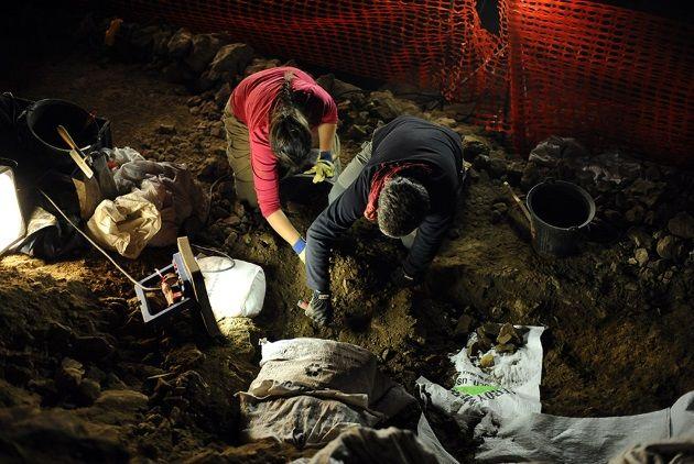 Arqueólogos trabajando en la cueva Mas-d'Azil. Crédito: Art Daily.
