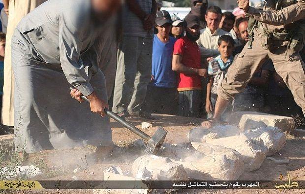 Milicianos del Estado Islámico destruyen esculturas de Palmira. Crédito: IBT