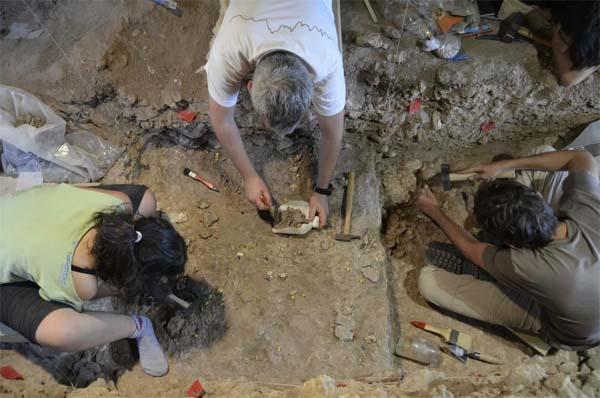 Arqueólogos trabajando en la Cueva del Ángel.