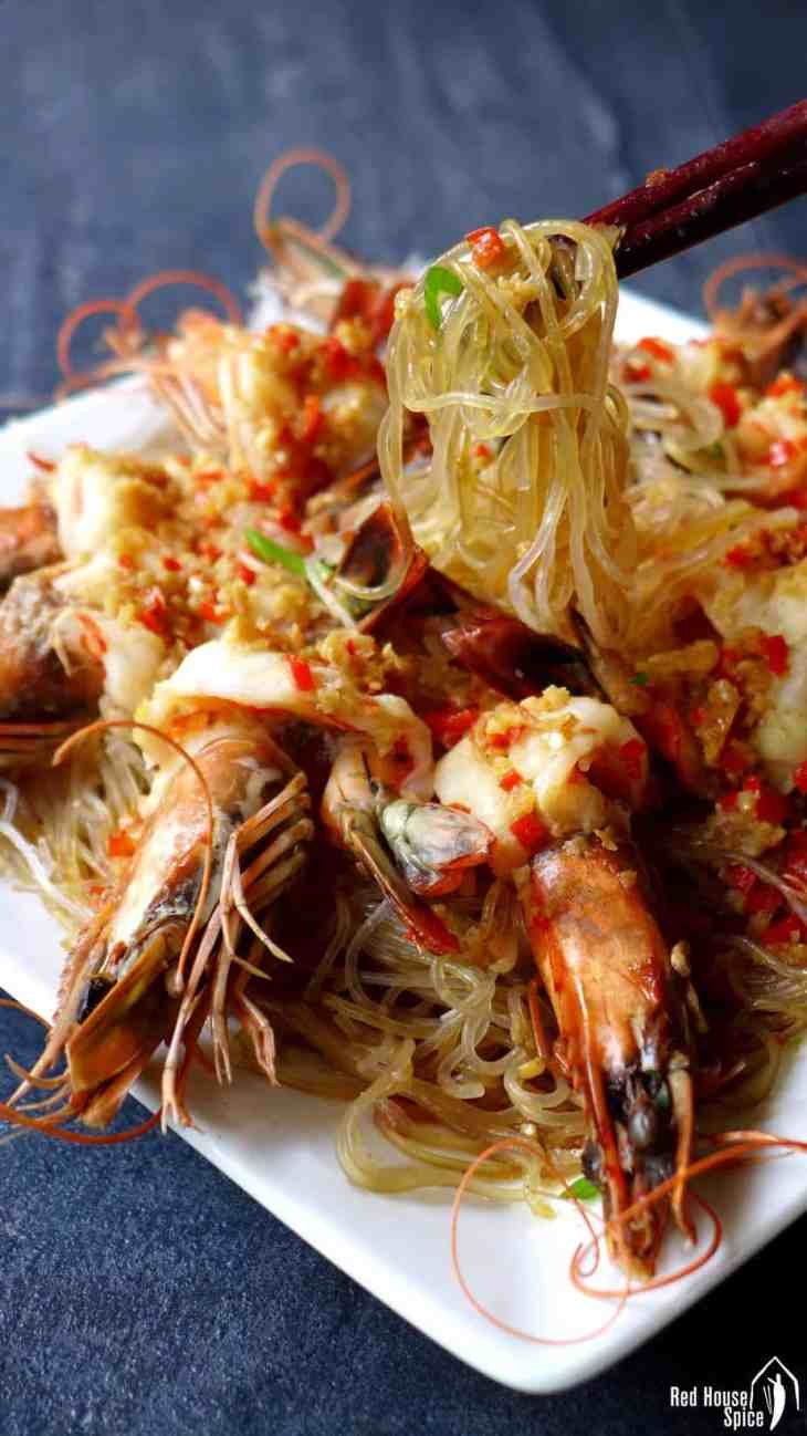 A tasty, good-looking dish with little preparation, steamed garlic prawns with vermicelli only takes 5 minutes to cook. A great dish to impress your guests at dinner parties.
