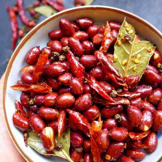 Hot, fragrant, crispy and powerfully mouth-numbing, Sichuan spicy peanuts are an addictive snack that can be easily made at home.