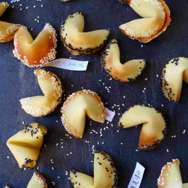 Fortune cookies with sesame rims