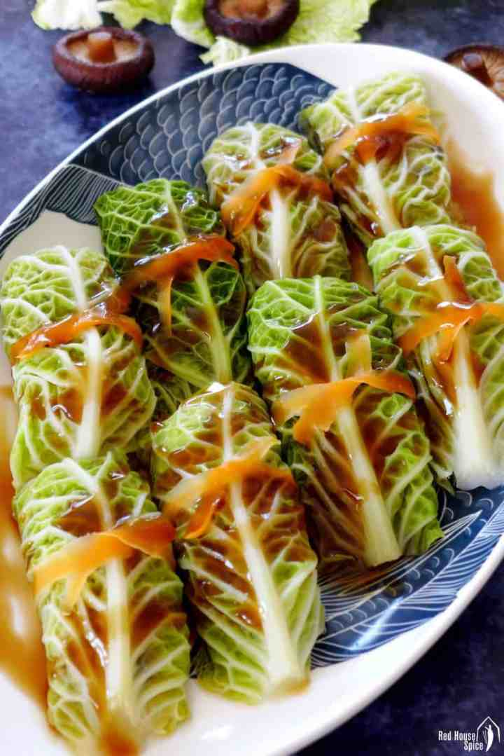 Steamed cabbage rolls with sauce