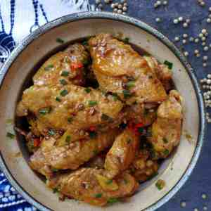 Chicken wings braised with white pepper