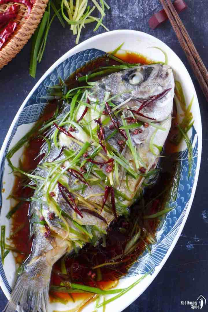 Pescado al vapor chino en un plato