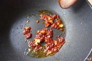 frying garlic and chili bean paste