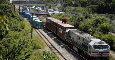 KA Angkutan Peti Kemas Terguling di Malaysia
