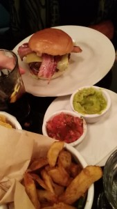 Hamburger con il beacon, french fries e birra a Londra