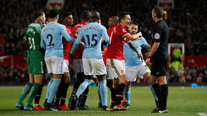 El partido entre el Manchester United y el City acaba a botellazos en los vestuarios