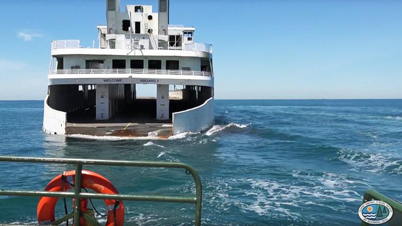 Un naufragio para un fin noble: filman cómo hunden un ferry con un insólito propósito (VIDEO)