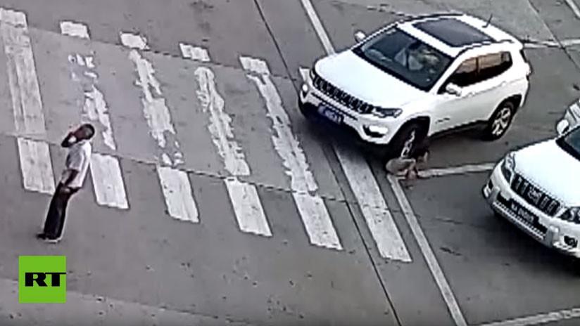 VIDEO: Una niña se agacha para atarse los cordones y un auto le pasa por encima (dos veces)