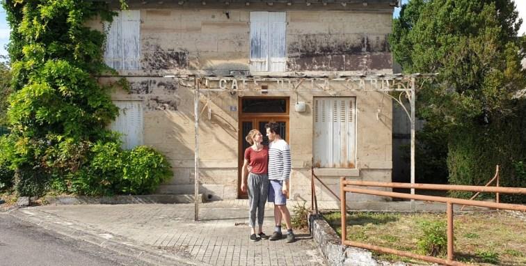 Hervé et sa femme Mirja, devant la maison où ils viennent de s'installer, à l'Isle-en-Rigault (Meuse).