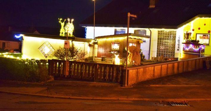 charity-adventstreffen 2019 bei willi grundstueck beleuchtet red-knights