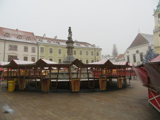 150-christmas-market-before-it-wakes-up