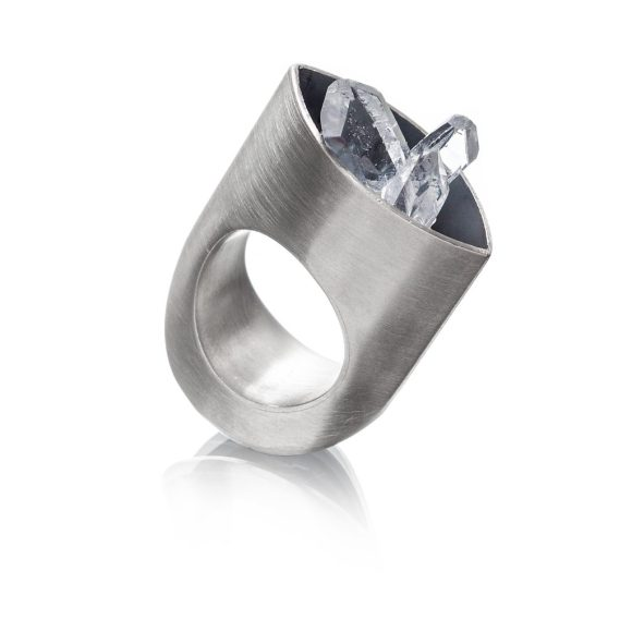 fotografia de produto still de anel em prata com cristais em fundo branco