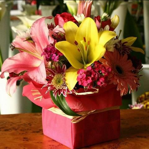 Roze kutijica sa ljiljanima, gerberima i sitnim cvećem