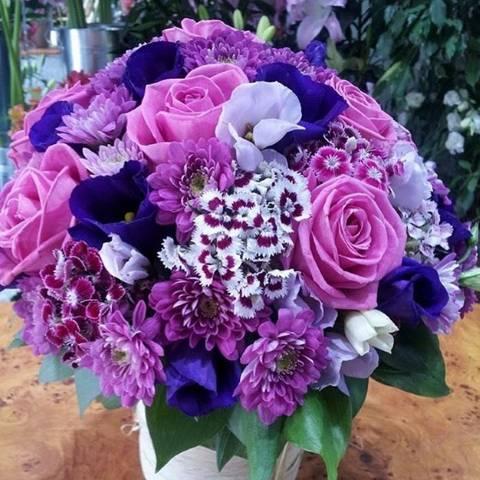 Kutija od sitnog cveća i ruža u roze ljubičastim tonovima