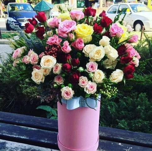 Aranžman u kutiji od raznobojnih ruža