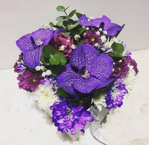 Aranžman u od ljubičastih orhideja u kutiji