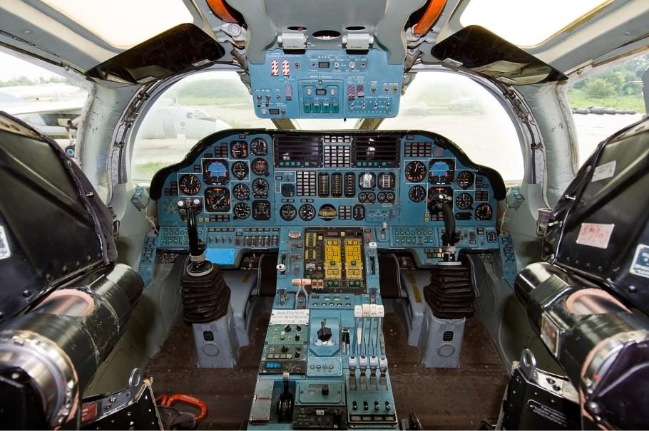 Tupolev_Tu-160_cockpit_Beltyukov-1