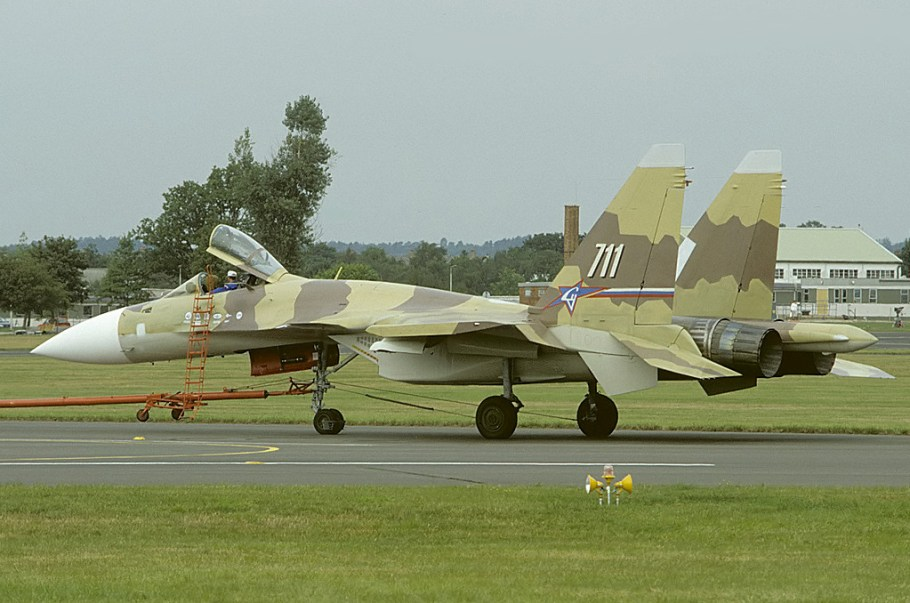 Sukhoi_Su-37_at_Farnborough_1996_airshow