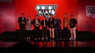 Management PT YIMM saat menerima penghargaan Otomotif Award 2018 (2)