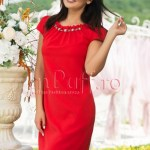 Rochie eleganta rosie cu margelute la gat
