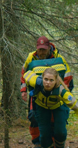 Scene from Mountain Rescue with Göran Gillingar as Tomas (background) and Tiril Eeg-Henriksen as Sofia (foreground)