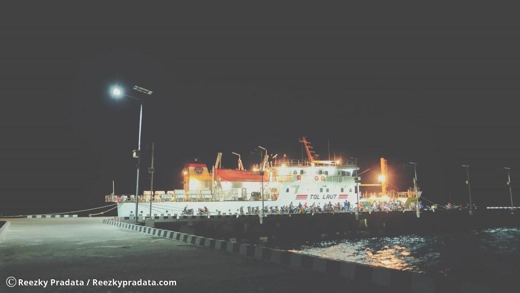 Kapal Sanus 57 bersandar di Dermaga Pulau Karamian pada malam hari
