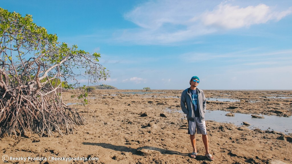 Pantai Batu Hitam di Pulau Karamian