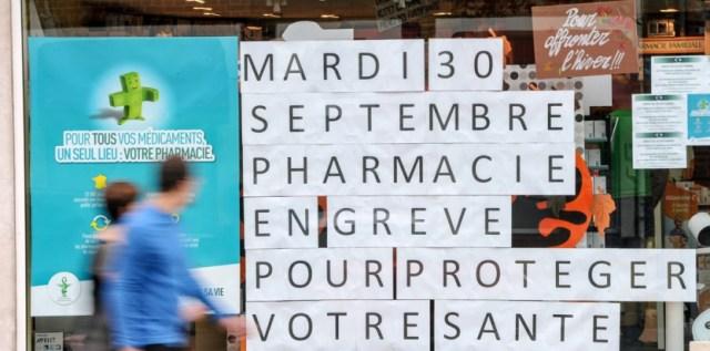 Une pharmacie en grève à Estaires. (AFP PHOTO PHILIPPE HUGUEN)
