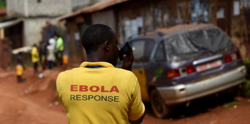 Un membre de l'ONU opérant dans les rues de Freetown, le 7 novembre 2014. (FRANCISCO LEONG / AFP)