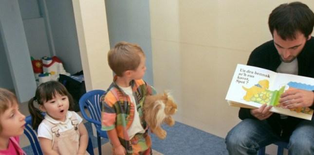 Le cerveau d'un enfant exposé très jeune à une langue forme des représentations des sons mais on ignorait jusqu'alors si le cerveau les mémorisait durablement s'il n'était plus exposé à cette langue. © PIERRE VERDY / AFP