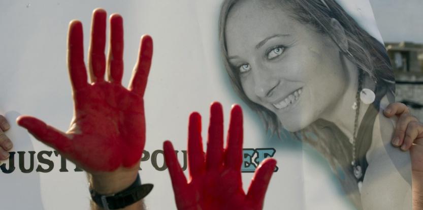 Des manifestants, les mains rouge sang, demandent justice pour Lee Zeitouni, le 28 novembre 2011. (JACK GUEZ / AFP)