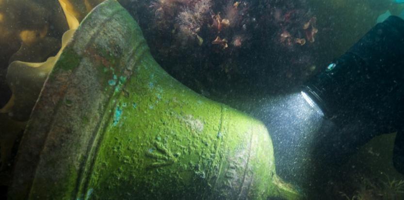 La cloche du HMS Erebus éclairée par Filippo Ronca, de Parcs Canada. ©Parks Canada