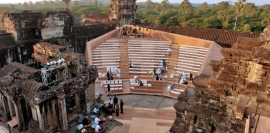 La scène et les gradins de bois construits au coeur du temple d'Angkor Vat (Photo : Francis Fanelli)