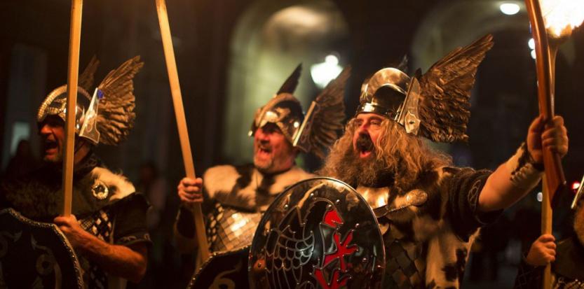En décembre 2014, des Écossais se la jouent Vikings lors des célébrations du nouvel an (Hogmanay). © James Glossop/THE TIMES G/SIPA