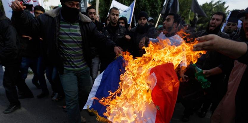 """Un drapeau français brûlé à Gaza par des salafistes palestiniens, afin de protester contre """"Charlie Hebdo"""", lundi 19 janvier"""