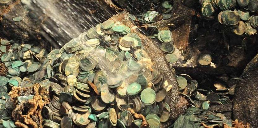 Quelques unes des pièces d'argent retrouvées à bord du City of Cairo, coulé en 1942. Capture d'écran Facebook.
