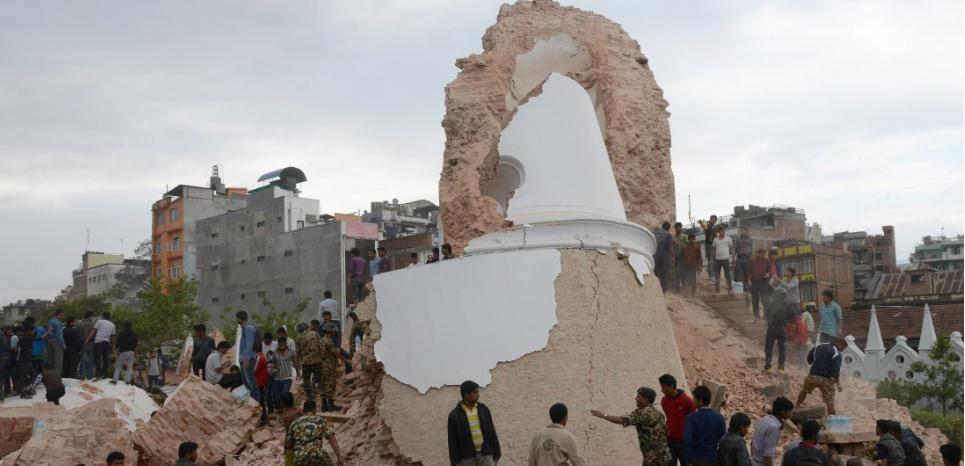 Le tremblement de terre a provoqué l'effondrement de la tour historique de Dharhara, dans le centre de la capitale népalaise. (AFP) AFP PHOTO / PRAKASH MATHEMA
