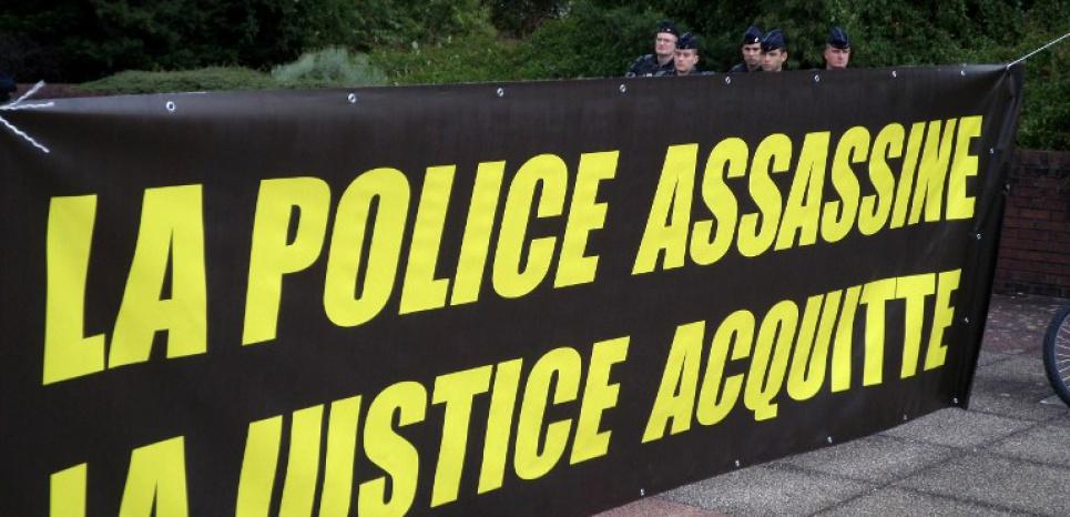 De brèves échauffourées ont eu lieu pendant un rassemblement devant le tribunal correctionnel de Bobigny, ce lundi soir. (AGNÈS COUDURIER/AFP)