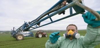 Un agriculteur réglant son pulvérisateur d'insecticides en France. ©Claudius Thiriet / Biosphoto / AFP